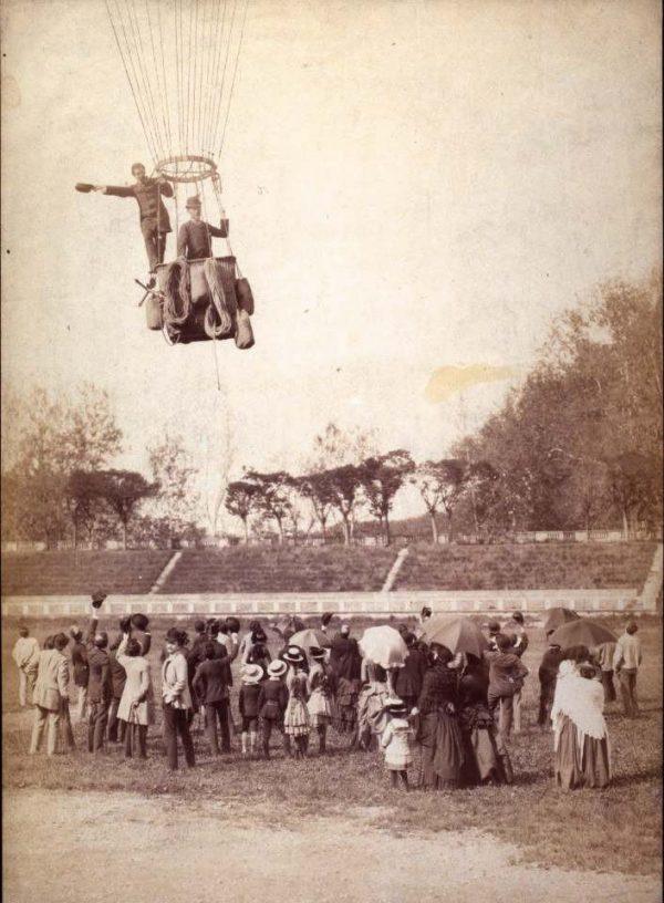 Fausto Bagatti Valsecchi che se leva in volo con la mongolfiera