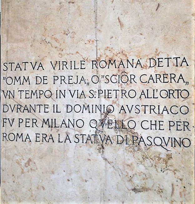 Iscrizione alla base della statua