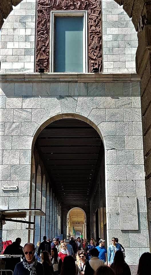 Lapide all'ingresso dei portici della Rinascente