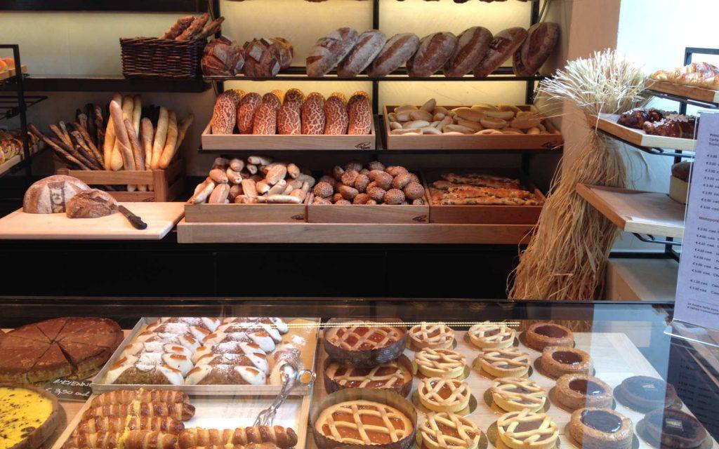 Varietà di pane in un panificio