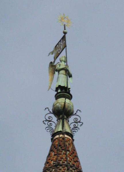 Statua di San Michele in cima al campanile della chiesa di San Gottardo alle Ore