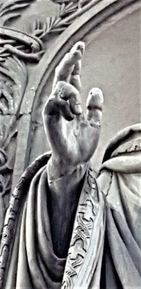 Particolare della mano della statua di Sant'Ambrogio