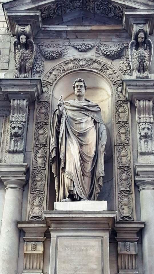 La nicchia semicicolare e il basamento quadrato della statua