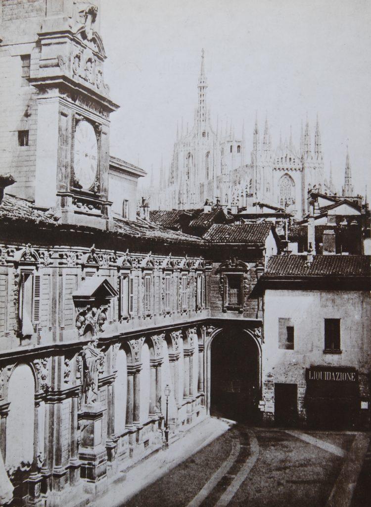 Porta Pescaria (all'angolo fra i due palazzi)
