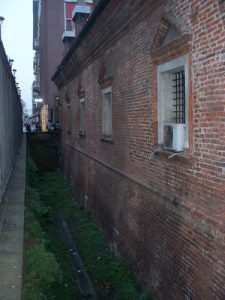 Tratto di fossato lungo il perimetro esterno del Lazzaretto
