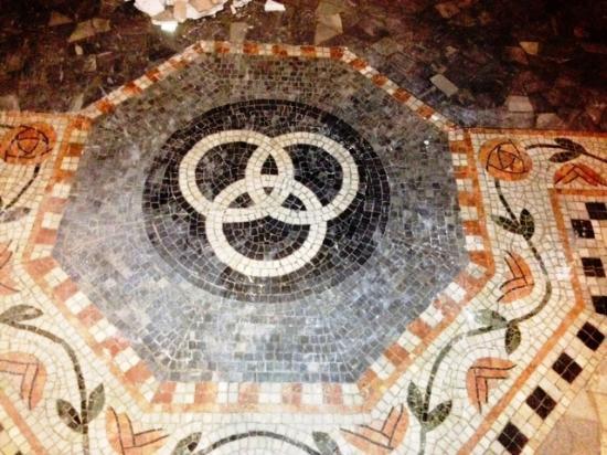 Dettaglio della pavimentazione a mosaico della chiesa