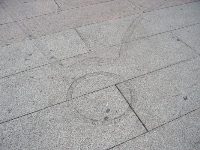 traccia sul pavimento del sagrato della esatta posizione del battistero di san Giovanni alle Fonti