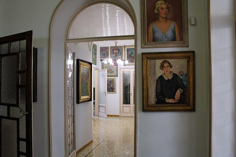 Entrata appartamento casa-museo Boschi-Di Stefano, In primo piano ritratto di Marieda
