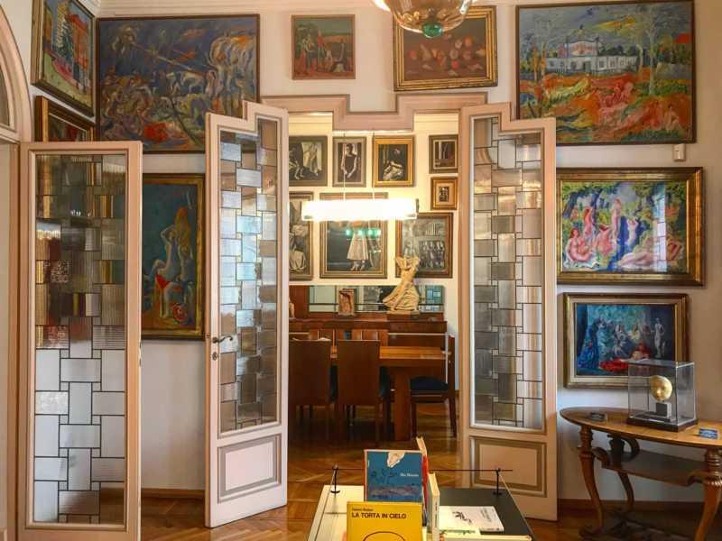 Un'altro spazio della casa pieno di opere