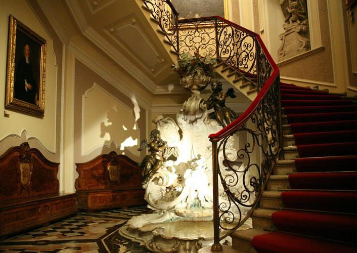 Atrio, scalinata antica