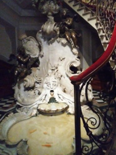 poldi pezzoli fontana barocca con pesciolini rossi