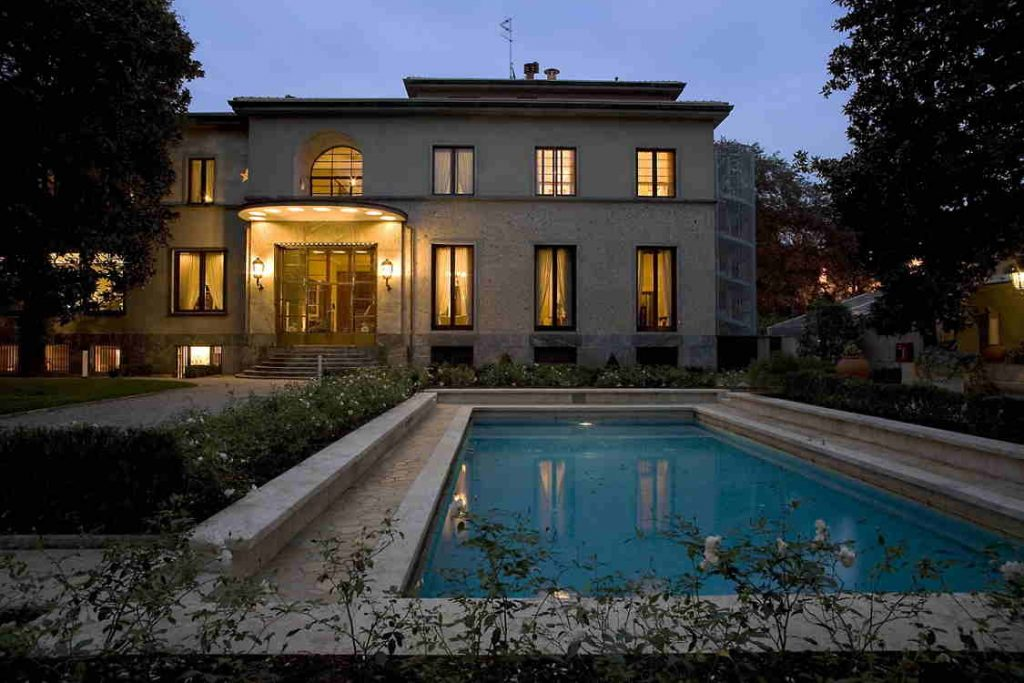 casa e piscina illuminate