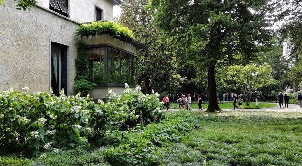 A passeggio nel grande parco-giardino