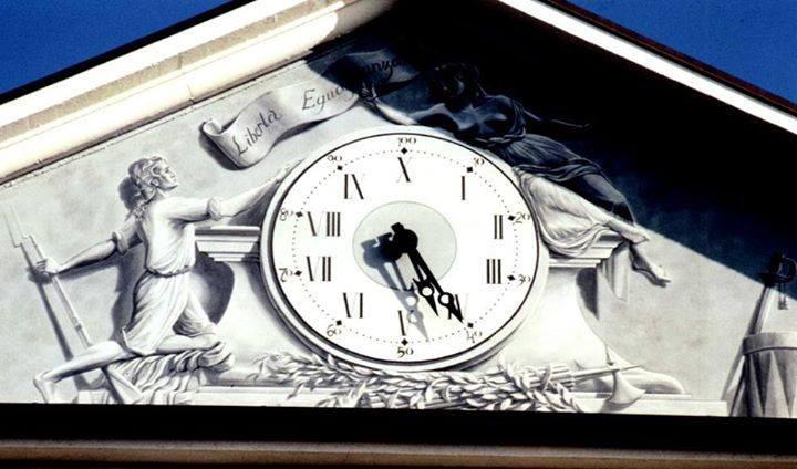 Orologio decimale sul timpano di Palazzo Einaudi a Chivasso